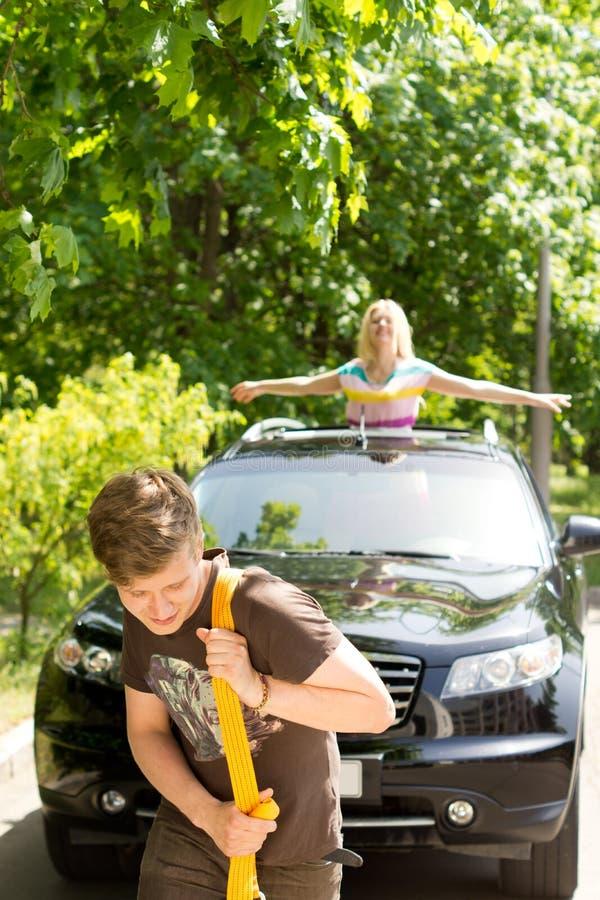 Mężczyzna holuje samochód po awarii obrazy stock