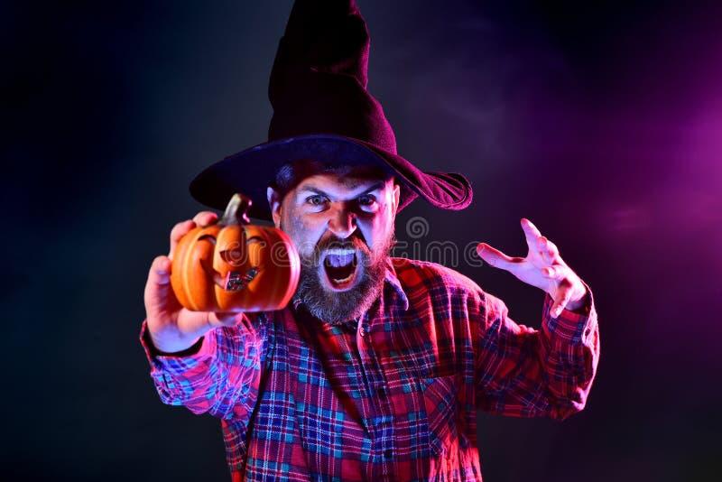 Mężczyzna horroru twarze Ojciec na Halloween tle z magik książką Wakacyjny Halloween z śmiesznymi karnawałowymi kostiumami dla obrazy royalty free