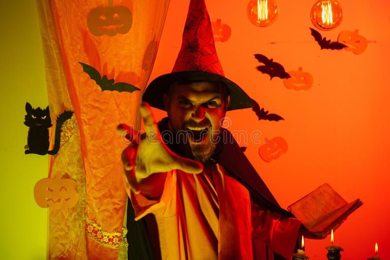 Mężczyzna horroru twarze Straszny mężczyzna czyta magiczną książkę z czarami Ojciec na Halloween tle z magik książką wakacje obraz royalty free