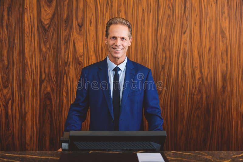 Mężczyzna hotelowy właściciel ma dobrego nastrój obrazy stock