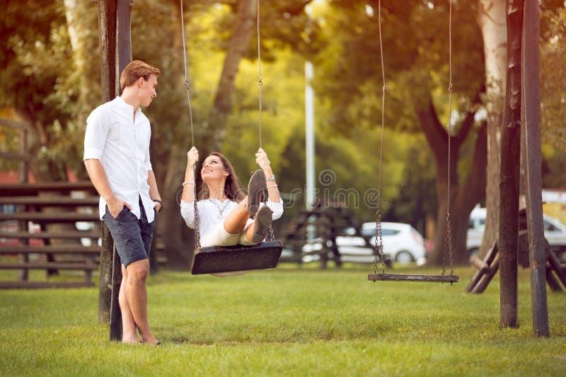 Mężczyzna huśta się jego dziewczyny obrazy royalty free