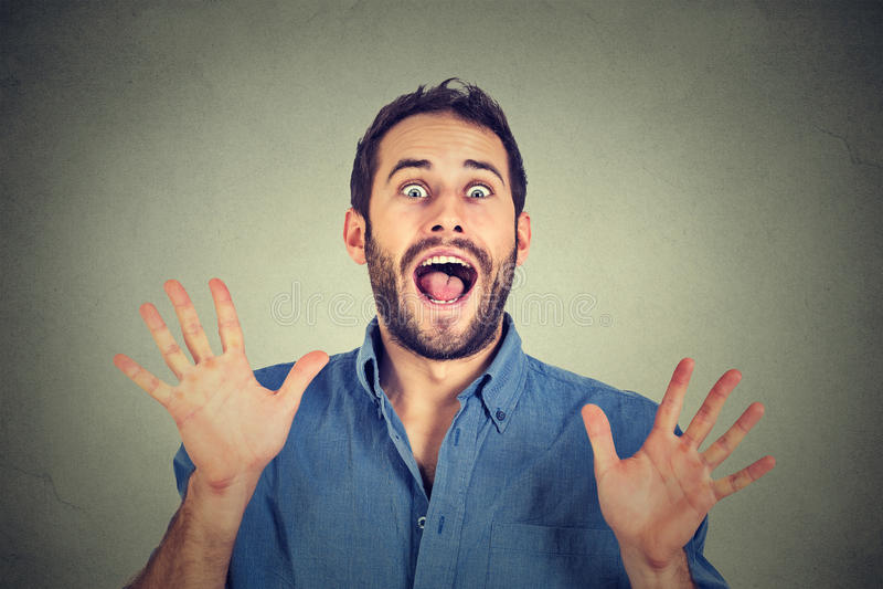 Mężczyzna iść szalony krzyczący super z podnieceniem zdjęcia stock