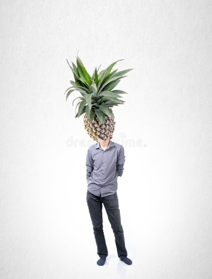 Mężczyzna i ananas z pojęciem na tle zdjęcie royalty free