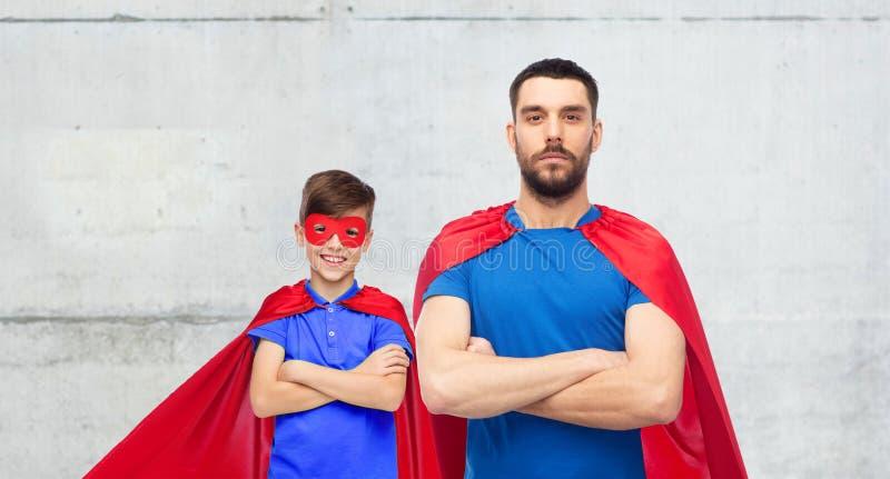 Mężczyzna i chłopiec jest ubranym bohatera przylądek maskowego i czerwonego zdjęcie royalty free