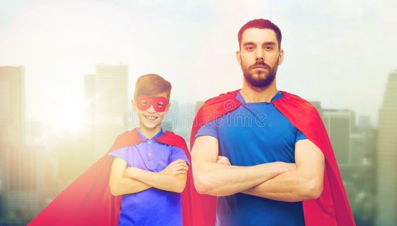 Mężczyzna i chłopiec jest ubranym bohatera przylądek maskowego i czerwonego zdjęcie stock