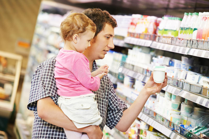 Mężczyzna i dziecko robi zakupy obrazy stock