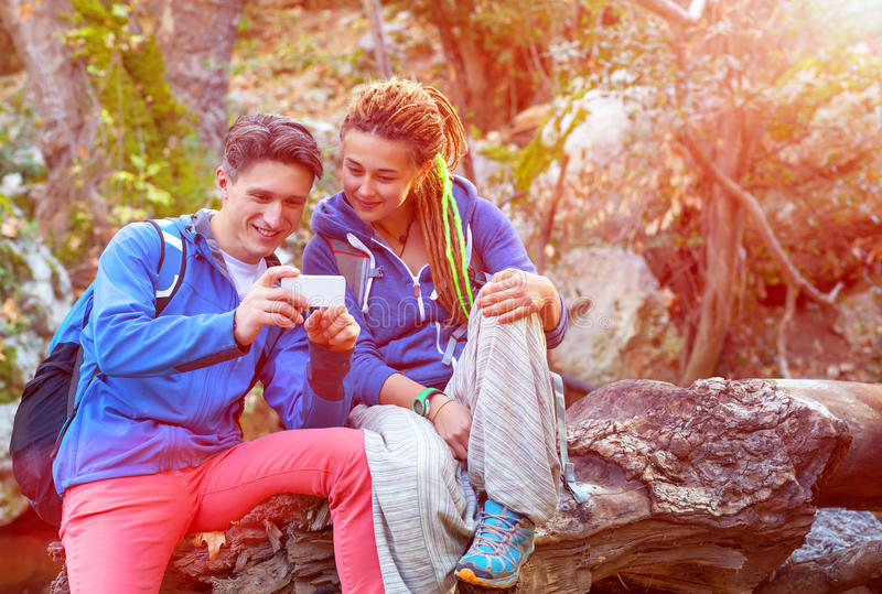 Mężczyzna i dziewczyny obsiadanie w telefonu ekranie fotografia stock