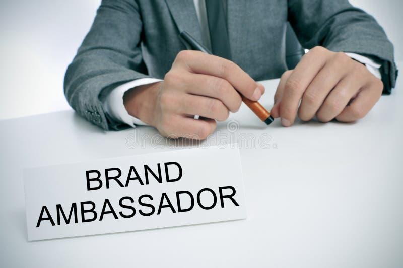 Mężczyzna i imię talerz z tekstem oznakujemy ambassador zdjęcie royalty free
