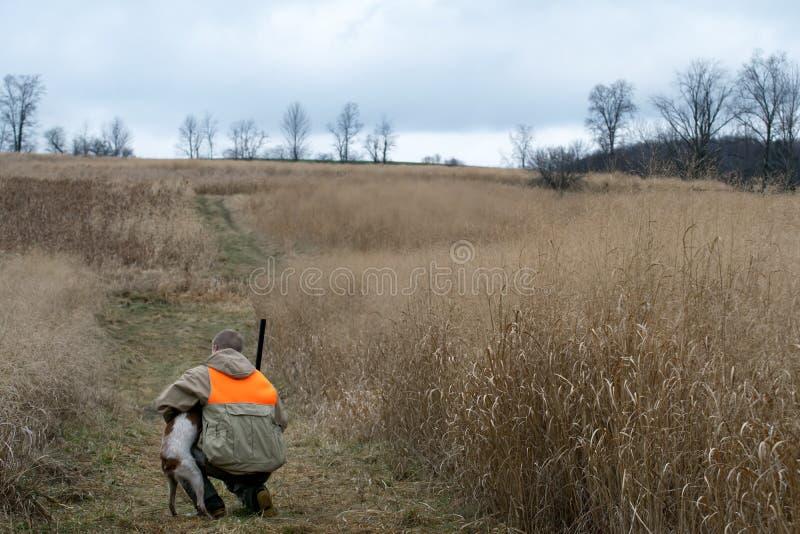 Mężczyzna i Jego najlepszego przyjaciela ptaka polowanie zdjęcie stock