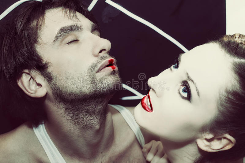 Mężczyzna i kobiet całować zdjęcia royalty free