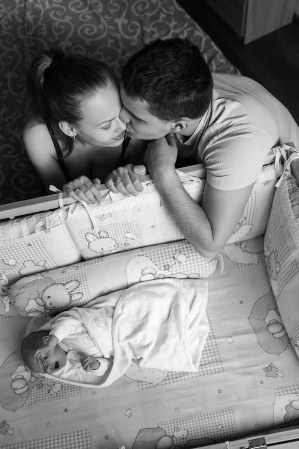 Mężczyzna i kobieta blisko ich nowonarodzonego Rodzica buziak Chłopiec płacze w jego ściąga dziecka tata mama Portret młoda rodzi obraz royalty free