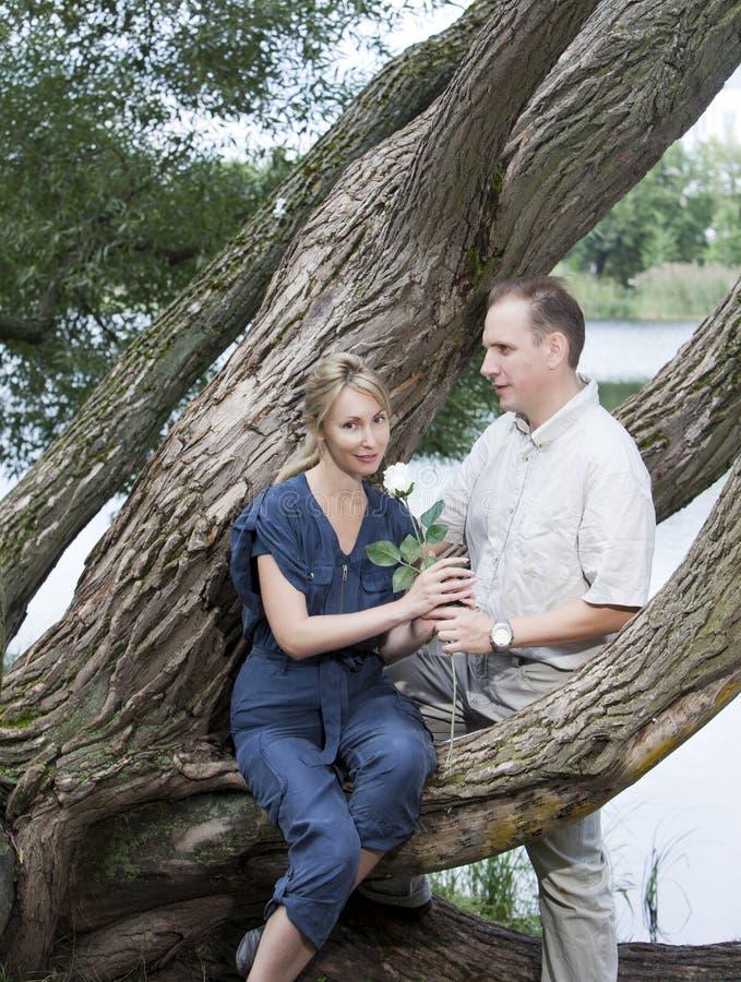 Mężczyzna i kobieta blisko jeziora zdjęcia stock