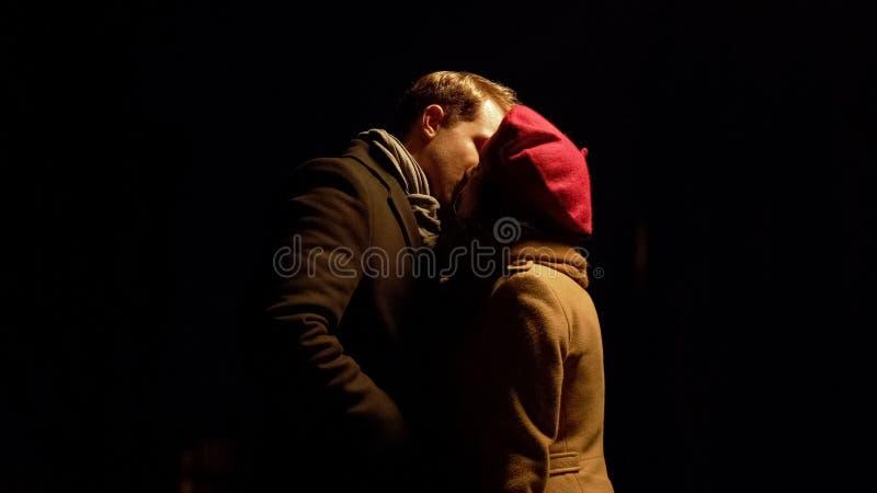 Mężczyzna i kobieta całuje outdoors po nocy daty, romantyczny związek, miłość obraz royalty free