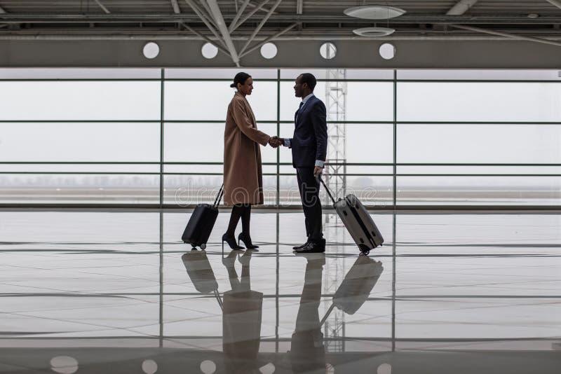 Mężczyzna i kobieta jesteśmy powitaniem each inny przy terminal obrazy stock