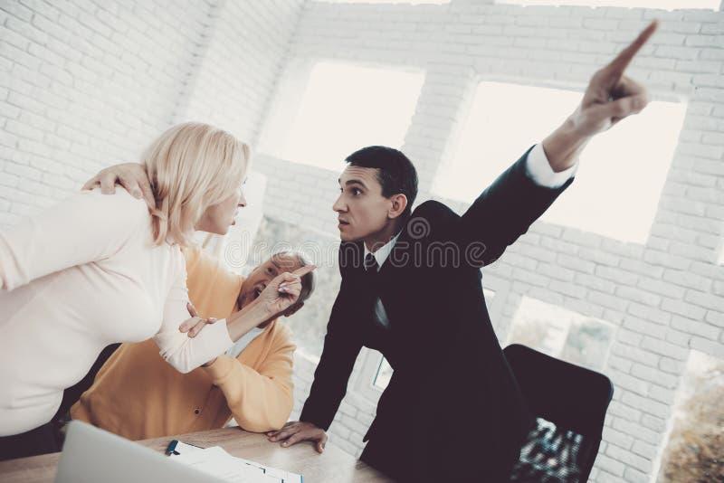 Mężczyzna i kobieta Konsultuje z pośrednikiem handlu nieruchomościami w biurze zdjęcia royalty free