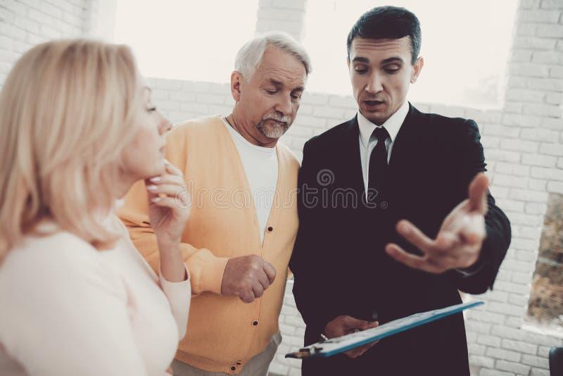 Mężczyzna i kobieta Konsultuje z pośrednikiem handlu nieruchomościami w biurze zdjęcia stock