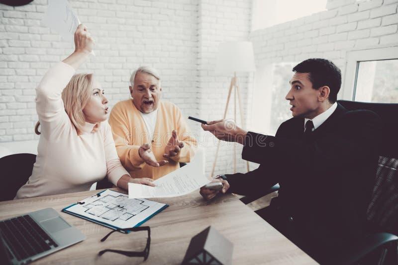 Mężczyzna i kobieta Konsultuje z pośrednikiem handlu nieruchomościami w biurze obraz stock