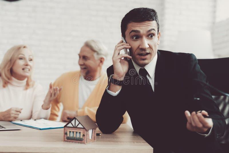 Mężczyzna i kobieta Konsultuje z pośrednikiem handlu nieruchomościami w biurze fotografia stock