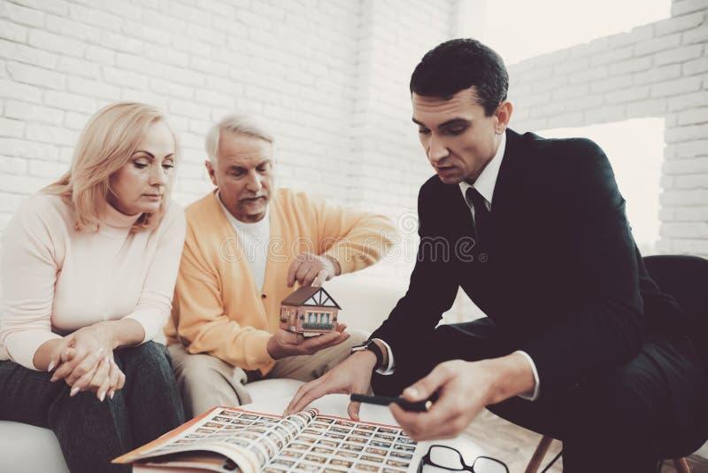 Mężczyzna i kobieta Konsultuje z pośrednikiem handlu nieruchomościami w biurze obraz royalty free