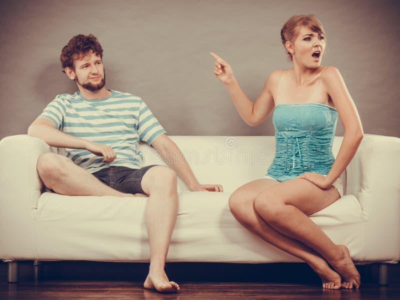 Mężczyzna i kobieta ma argumenta obsiadanie na kanapie w domu zdjęcie royalty free
