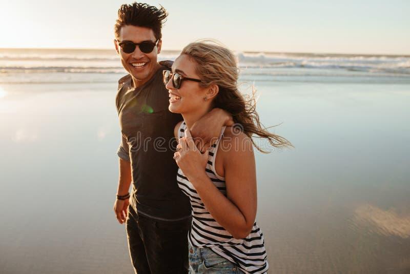 Mężczyzna i kobieta na plażowym wakacje obrazy royalty free