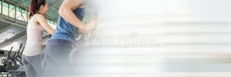 Mężczyzna i kobieta na przecinającym trenerze z rozmytą białą przemianą zdjęcie stock