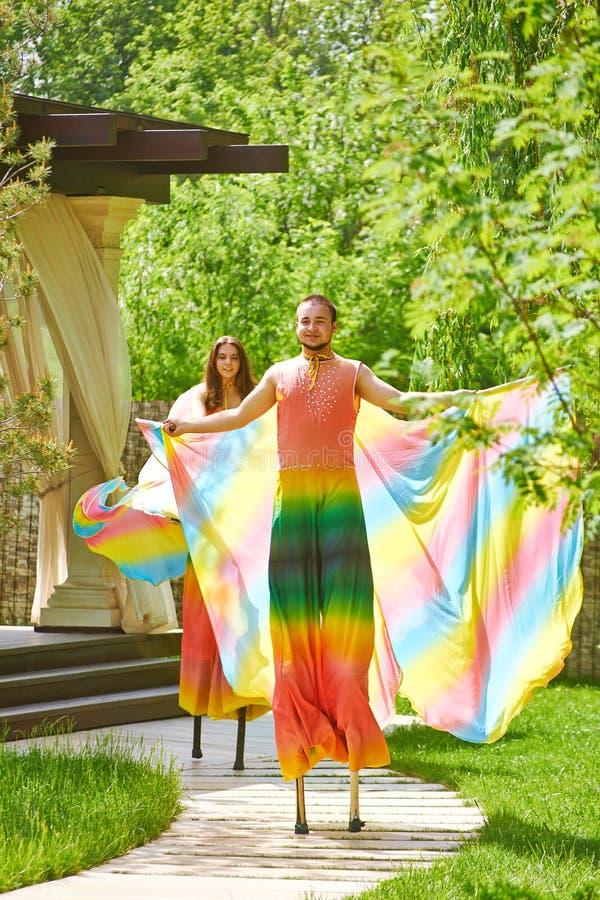 Mężczyzna i kobieta na stilts obrazy stock
