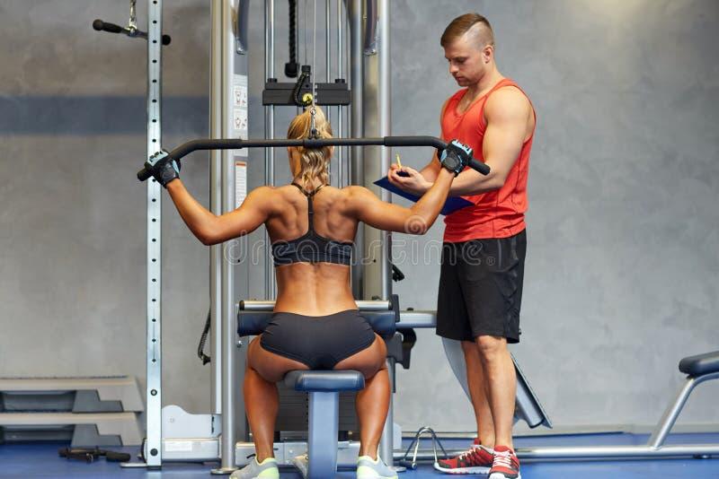 Mężczyzna i kobieta napina mięśnie na gym maszynie obraz royalty free