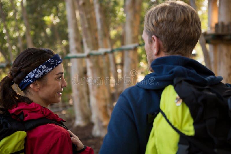 Mężczyzna i kobieta patrzeje each inny podczas gdy wycieczkujący fotografia stock