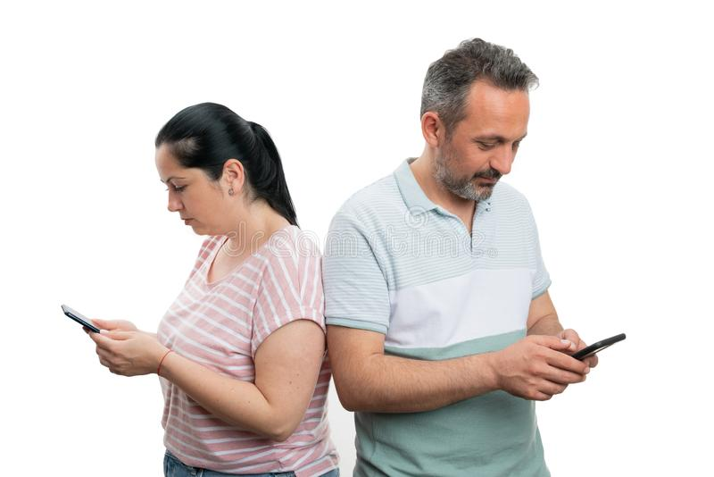 Mężczyzna i kobieta patrzeje telefony fotografia stock