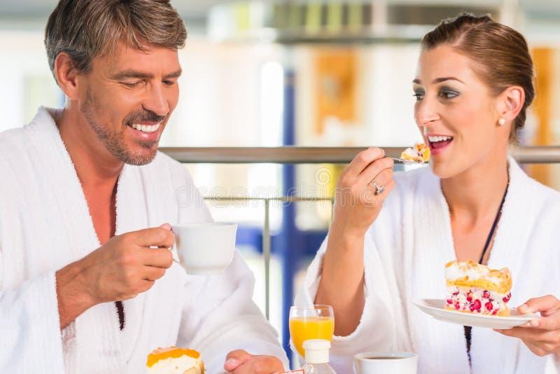 Mężczyzna i kobieta pije kawę w wellness zdroju fotografia stock