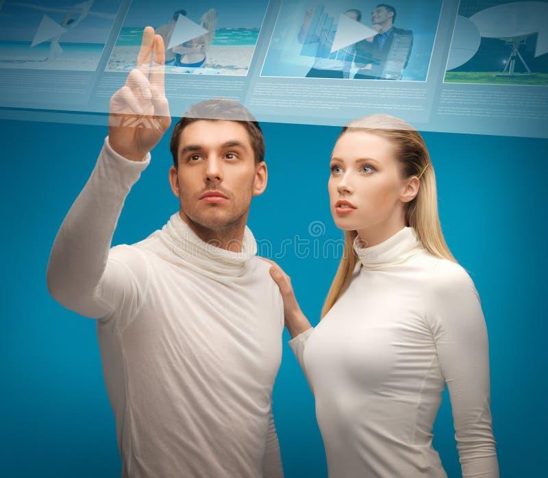 Mężczyzna i kobieta pracuje z wirtualnym ekranem zdjęcie royalty free