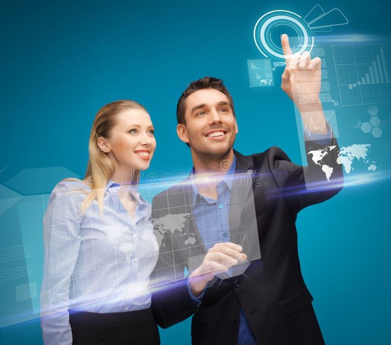 Mężczyzna i kobieta pracuje z wirtualnymi dotyków ekranami fotografia stock