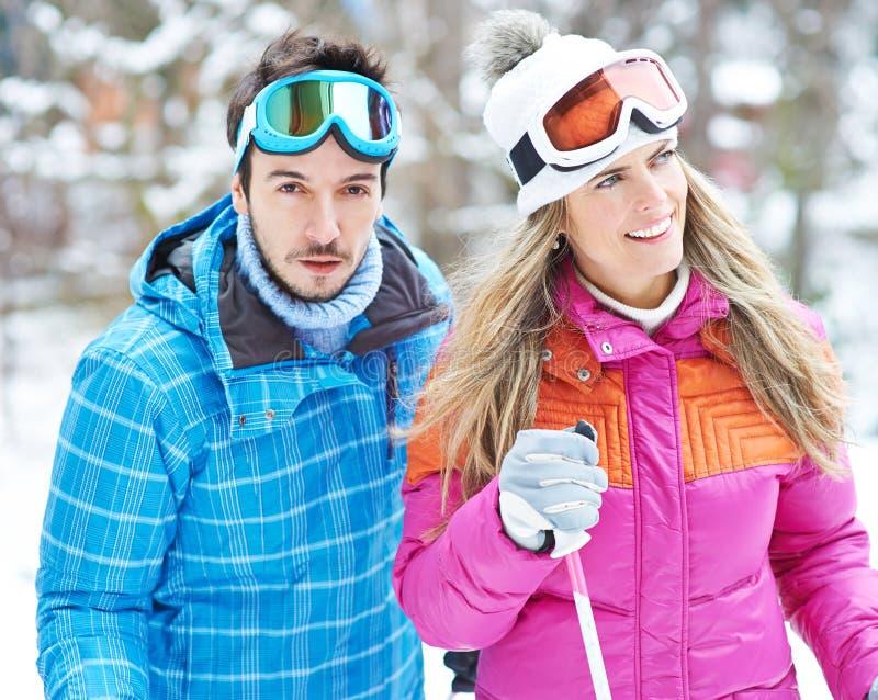 Mężczyzna i kobieta robi przez cały kraj narciarstwu zdjęcia royalty free