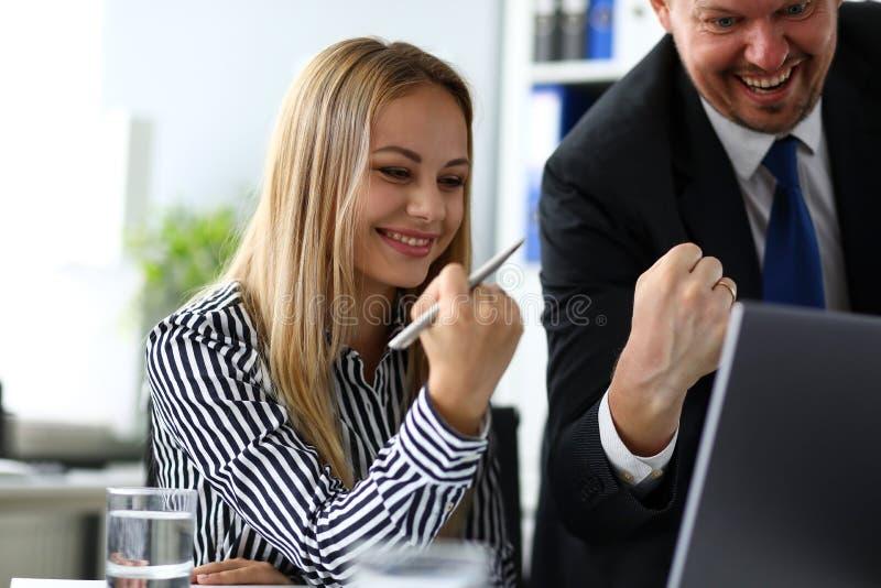 Mężczyzna i kobieta robi rozochoconym znakom z rękami fotografia stock