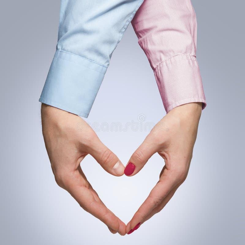 Mężczyzna i kobieta robimy kształtowi serce z rękami zdjęcia royalty free