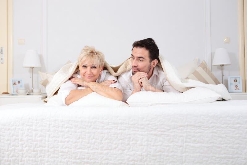 Mężczyzna I Kobieta W łóżku Zdjęcie Stock - Obraz złożonej
