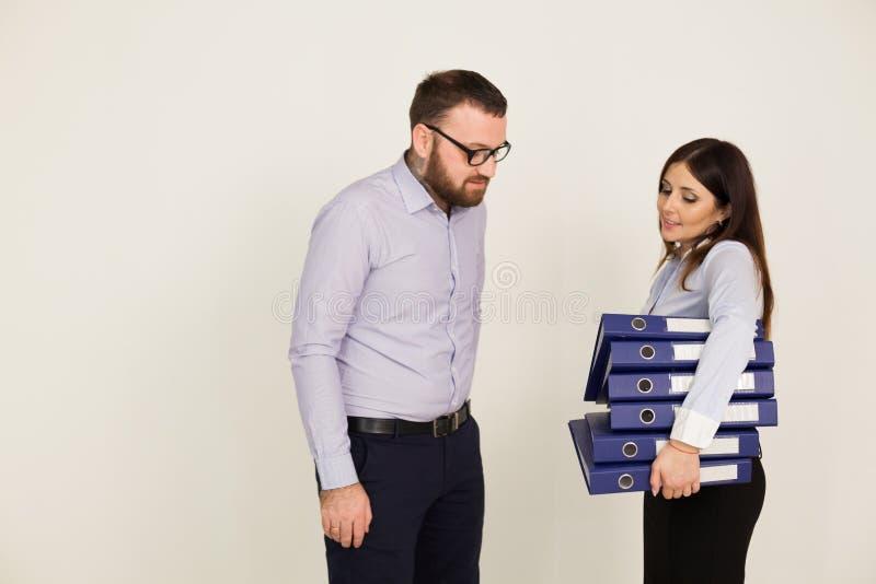 Mężczyzna i kobieta w Biurowych papierowych falcówkach obrazy stock