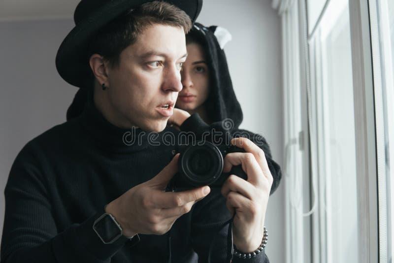 Mężczyzna i kobieta w czerni ubraniach zdjęcia stock