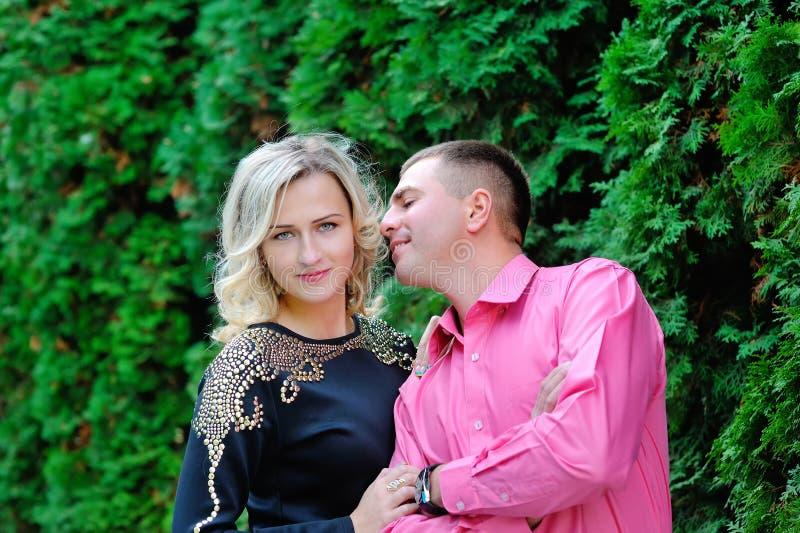 Mężczyzna i kobieta w miłości całuje w parku obraz stock