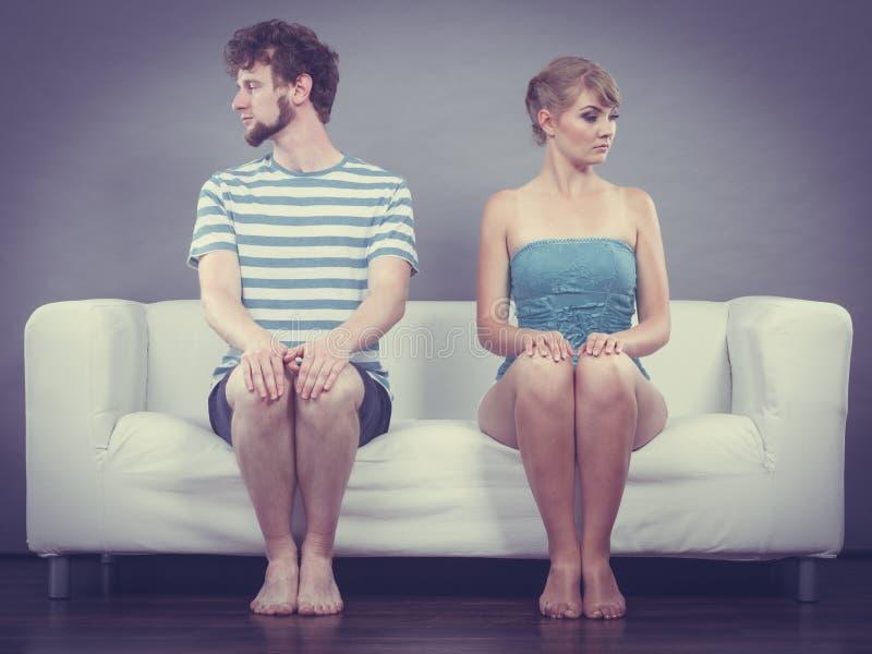 Mężczyzna i kobieta w nieporozumienia obsiadaniu na kanapie obrazy royalty free
