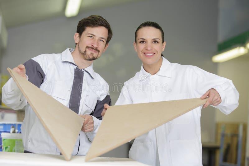 Mężczyzna i kobieta wybiera materiał obrazy stock