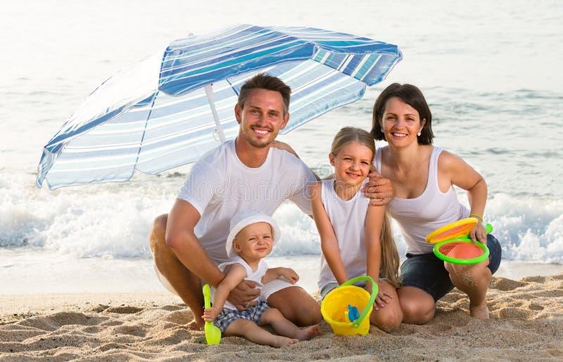 Mężczyzna i kobieta z dzieci siedzieć obraz stock