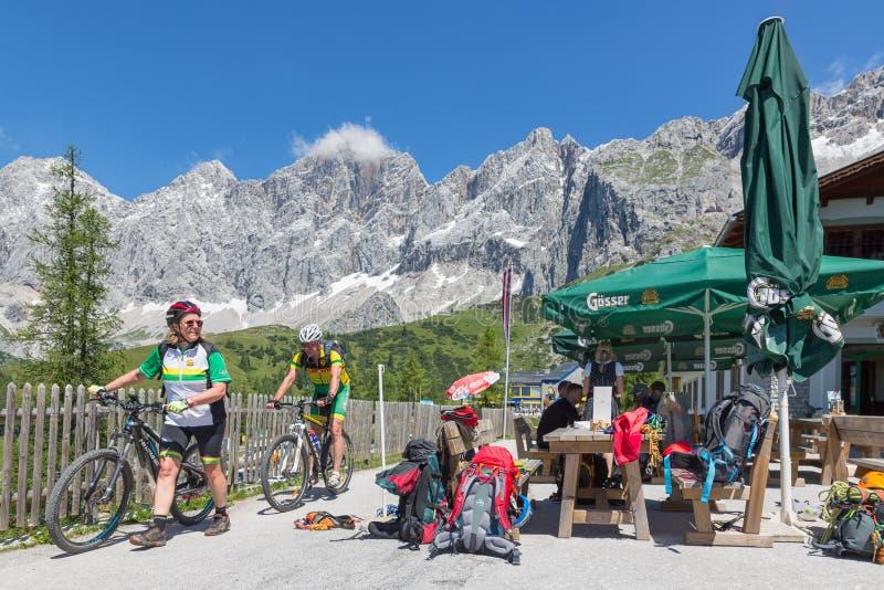 Mężczyzna i kobieta z rowerem górskim w Dachstein górach Austria zdjęcia stock