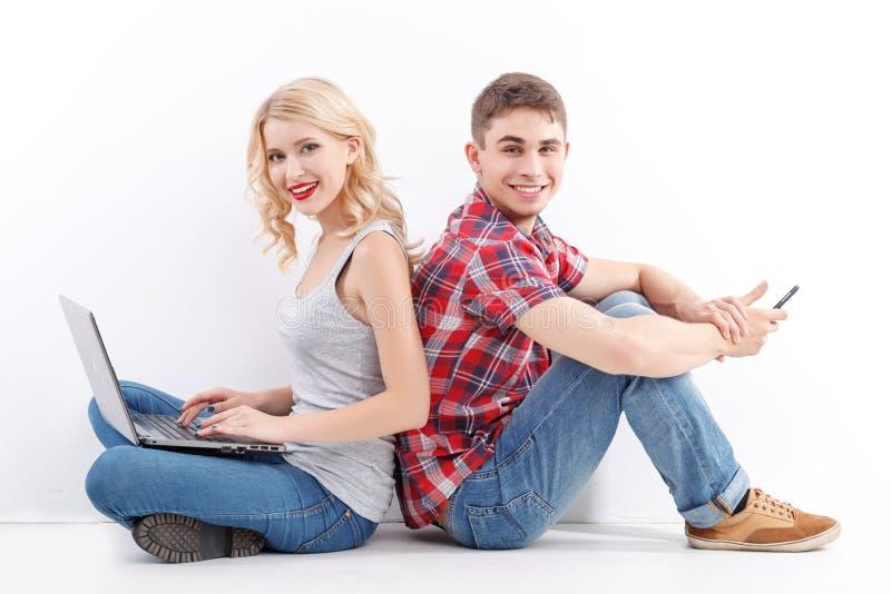 Mężczyzna i kobieta z telefonem komórkowym, laptop obrazy royalty free