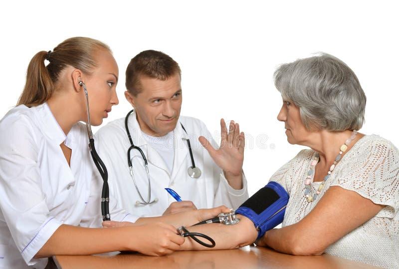 Mężczyzna i kobiety lekarki z pacjentem obraz royalty free