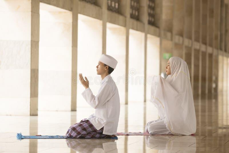 Mężczyzna i kobiety modlenie w meczecie zdjęcia stock
