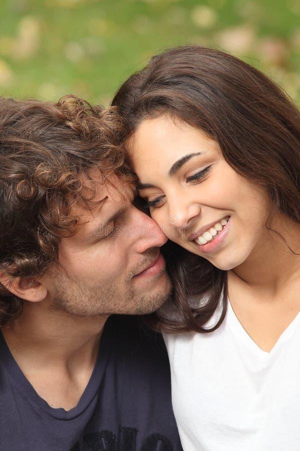 Mężczyzna i kobiety pary flirtować fotografia stock