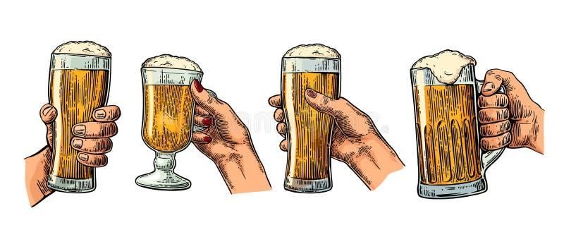 Mężczyzna i kobiety ręki trzyma i clinking z piwnym szkłem ilustracji
