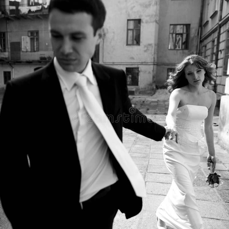 Mężczyzna i kobiety spojrzenie męczący podczas gdy chodzący wokoło miasta obraz royalty free